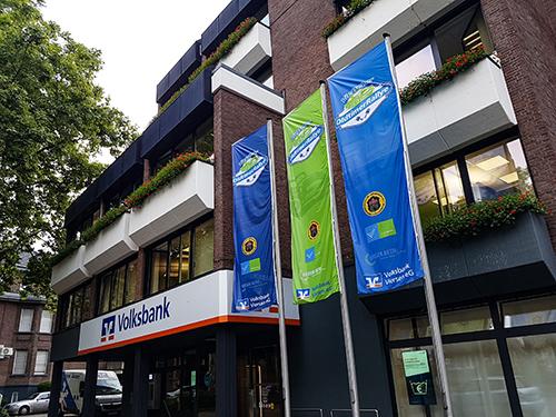 OldtimerRallye-Flaggen vor der Volksbank Viersen